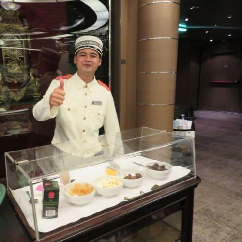 ディナーの後はレストランの出口で食後の口直し(second dessert) | 客船ニュー・アムステルダムのダイニング、クルー、フード&ドリンク