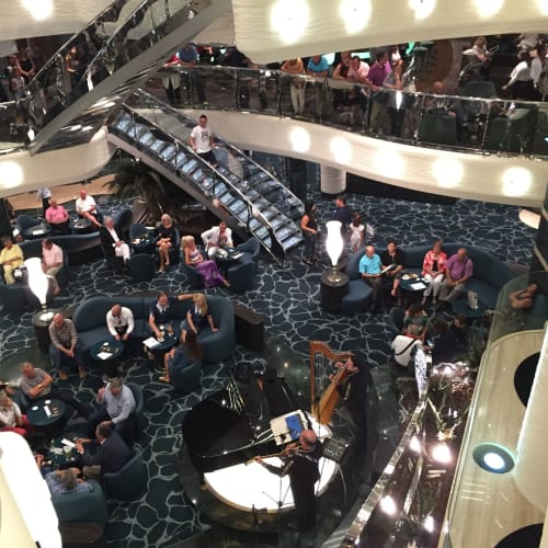 デッキ5 ラウンジで音楽を聴きながらゆったりと | 客船MSCプレチオーサの船内施設