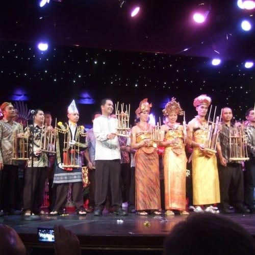インドネシア人ワーカーによる踊りと歌のショー | 客船アムステルダムのクルー、アクティビティ、船内施設