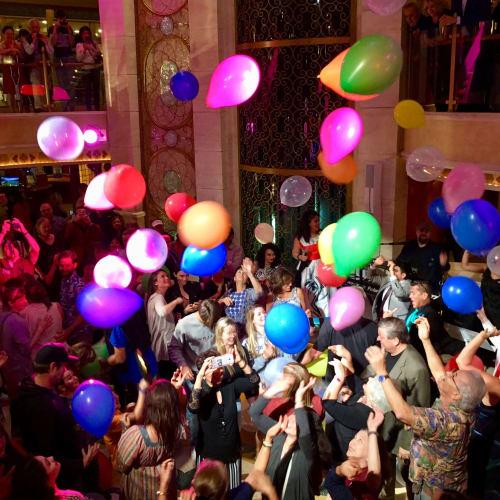 バルーンパーティー。皆で踊る🕺 | 客船ルビー・プリンセスの乗客、アクティビティ、船内施設