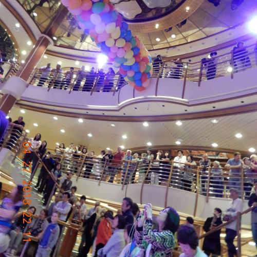 下船前夜はバルーンドロップパーティ。直前はかなり混みあいました。 | 客船ダイヤモンド・プリンセスの乗客、アクティビティ、船内施設