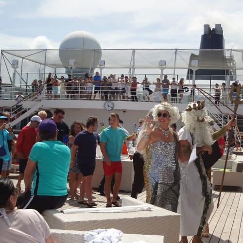 赤道祭 | 客船クリスタル・シンフォニーの乗客、クルー、船内施設