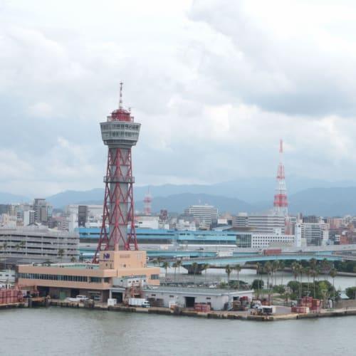 コスタネオロマンチカの船首から、福岡を見下ろす   福岡
