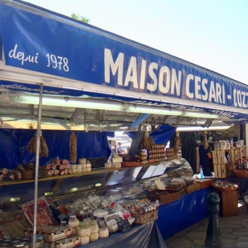 島の特産品を売るマーケット。 | アジャクシオ