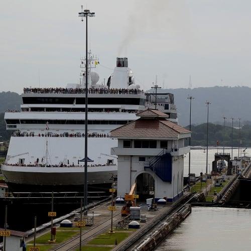後ろからはホーランドアメリカのクルーズ船ザーンダム号も閘門通過中 | パナマ運河での客船ザーンダム