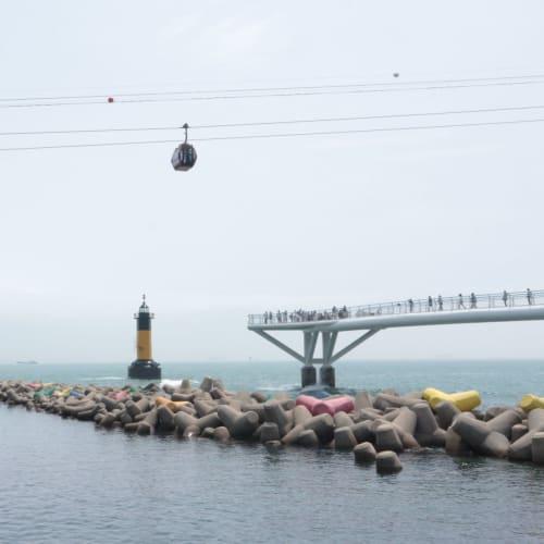 橋の先。 上にはゴンドラが。 テトラポットや灯台が、色鮮やか | 釜山