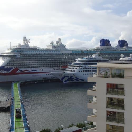 翌朝は、BritanniaとPacific Cruseが到着。 | フォール=ド=フランス(マルティニーク)での客船ブリタニア