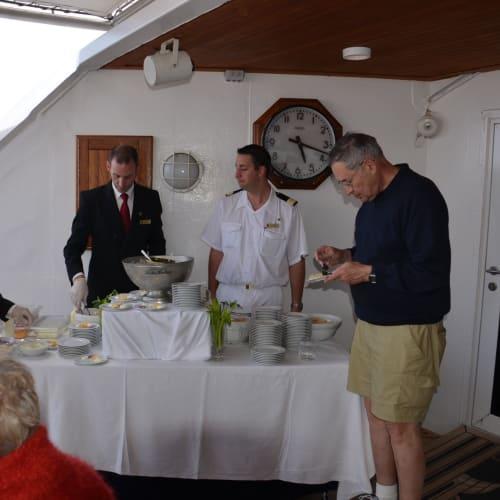 贅沢にキャビアも食べ放題 | 客船シーボーン・スピリットの乗客、クルー、船内施設