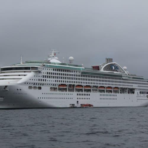 コルサコフ沖合いで投錨し、テンダーボートでサハリンに上陸 | コルサコフ(サハリン島)での客船サン・プリンセス