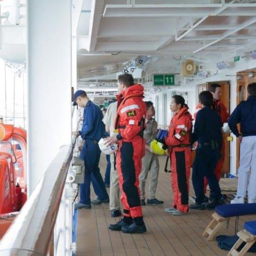 スタッフの避難訓練   客船ダイヤモンド・プリンセスのクルー、船内施設