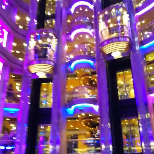 船内エレベーター(夜) | 客船セレナーデ・オブ・ザ・シーズの船内施設