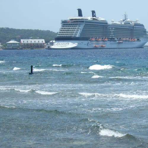 ロアタン島 (ホンジュラス) | ロアタン島での客船セレブリティ・ソルスティス