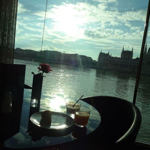ブタペストは 国会議事堂の対岸に停泊 | ブダペストでの客船エメラルド・デスティニー