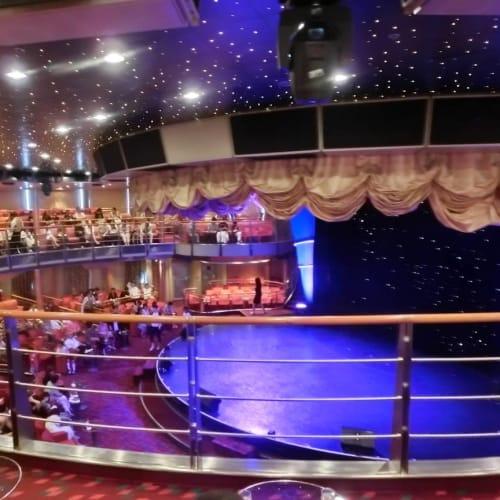 シアターですが、上のフロアからでもステージが近く見えました。 | 客船コスタ・ビクトリアのアクティビティ、船内施設