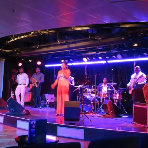 3つのステージで特色あるライブミュージックが楽しめる  B.B.KING'S BLUES CLUB B.B.キングスブルースクラブの熱狂的なバンド | 客船ニュー・アムステルダムのアクティビティ、船内施設