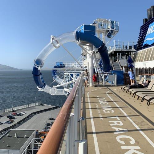 船外にはみ出しちゃってるウォータースライダー!めちゃくちゃコワイですが、良い思い出になるので是非チャレンジしてみてください^_^   客船ノルウェージャン・ブリスのアクティビティ、船内施設