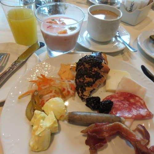 Breakfast at 5th FL Black Crab restaurant. Food from buffet. 14階のカフェと違いwaiterが席に案内して くれ、ジュースとコーヒーをサーブしてくれ、ゆったりと朝食が出来た。1、2皿 アラカルトを注文して、buffetで好きな 料理もpick upできる。
