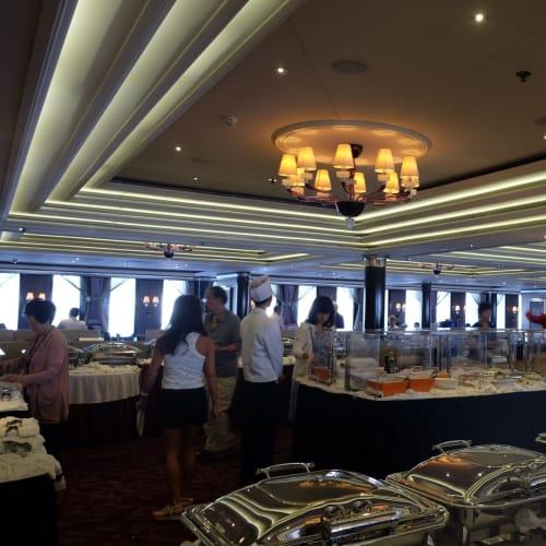 メインダイニングでの朝食はブッフェ形式! 本来のブッフェと内容はあまり変わらないです。 | 客船コスタ・ネオロマンチカのダイニング、ブッフェ