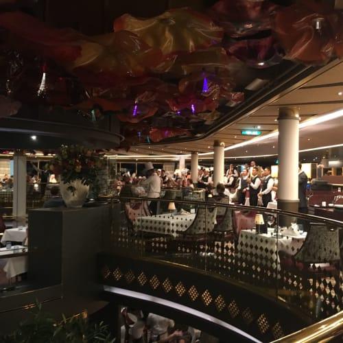 最後のディナーではレストランスタッフがみんなで出てきてくれます   客船ウエステルダムのダイニング、クルー