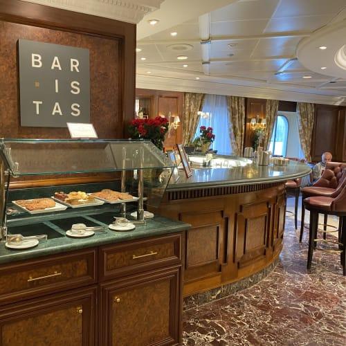 バリスタスではクッキーやミニケーキも頂けます。 | 客船シィレーナのフード&ドリンク、船内施設