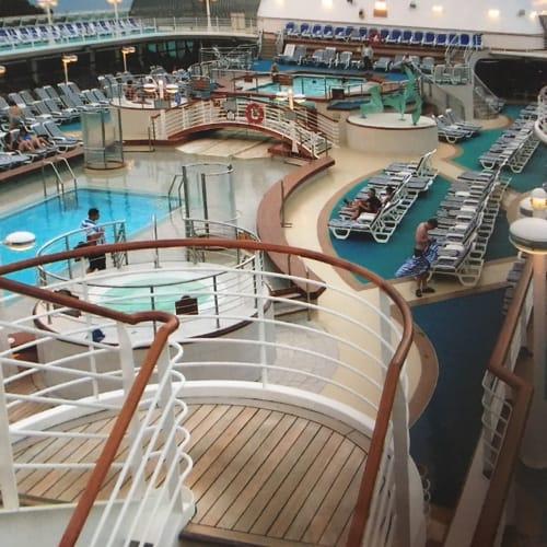 プールサイドにはチェアーがたくさん | 客船サン・プリンセスの船内施設