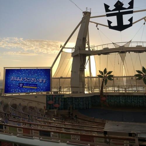 朝のアクアシアタ―。日本語での挨拶が表示されていました。 | 客船ハーモニー・オブ・ザ・シーズの外観、船内施設