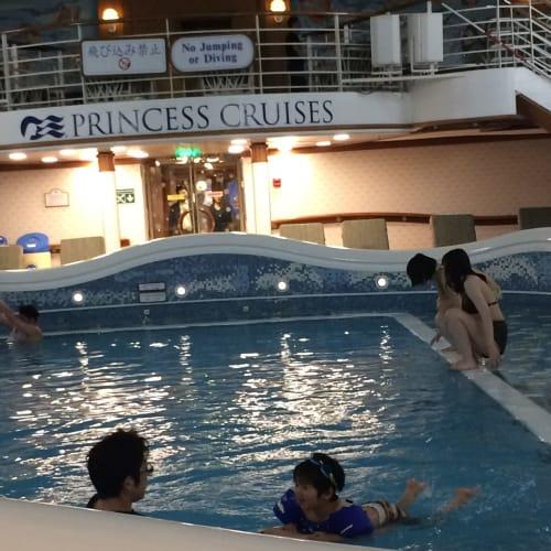 昼間のプールは子供が多いですが、夜のプールはほぼ貸し切り。夜でも室内プールは暖かいです。 | 客船ダイヤモンド・プリンセスの乗客、船内施設