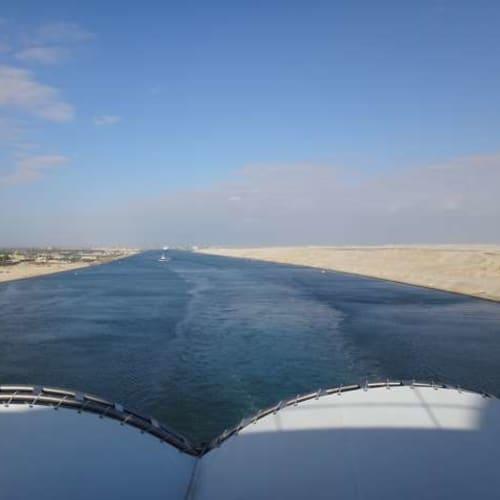スエズ運河を通り、紅海に入ります。右手が荒涼としたシナイ半島です。 | スエズ運河