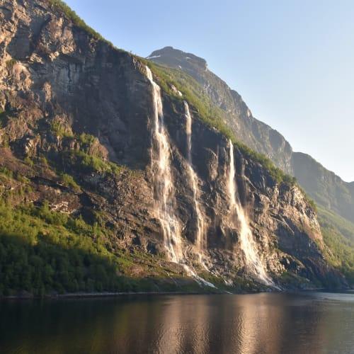 ガイランゲルフィヨルドのセブンシスターズと呼ばれる滝です。 朝もやの中、滝の正面を通過したときは、これぞクルーズの醍醐味と思いました。 | ガイランゲル