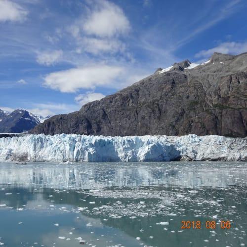 マージュリー氷河は、高さ76m幅1.6km。グレーシャーベイ国立公園の一番奥にあります。   グレイシャーベイ(アラスカ州)
