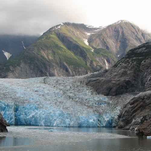 正面の氷河を見て、反転します。   トレーシー・アーム・フィヨルド(アラスカ州)