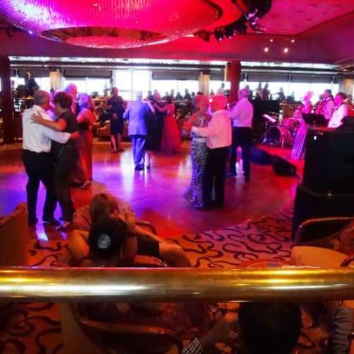 みんな楽しそうに踊っていました。小さな子がいても問題ないようでした。 | 客船プルマントゥール・モナークの乗客、アクティビティ、船内施設