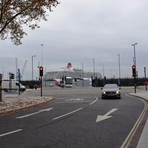 サウサンプトン港に停泊するクイーン・ヴィクトリア号。 | サウサンプトンでの客船クイーン・ヴィクトリア