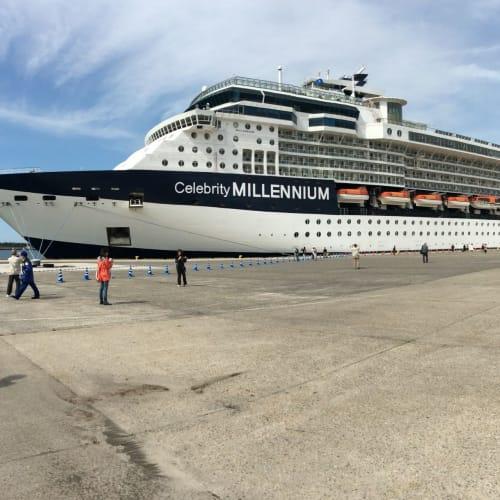 新潟寄港時のミレニアム。 警備員の人が見物客か乗客か整理が付かず、戸惑っていました(笑 | 新潟での客船セレブリティ・ミレニアム