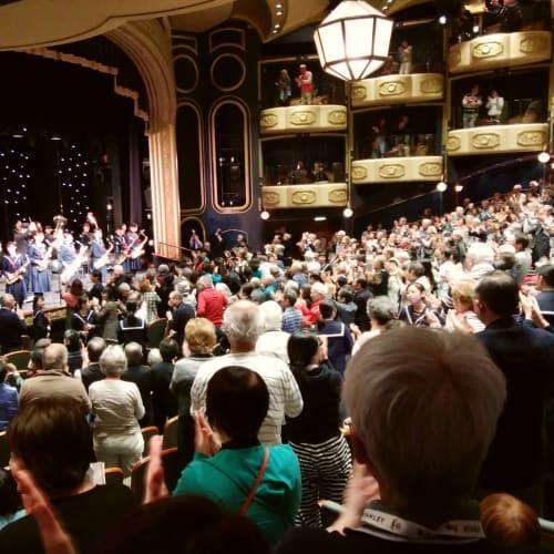 ロイヤルコートシアターで行われた函館遺愛女子高校ブラスバンド部の歓迎演奏会、今回のクルーズイベントで一番の盛り上がり。 会場の皆さん全員でのスタンデイングオーベーションに学生たちも感動。 | 函館での客船クイーン・エリザベス