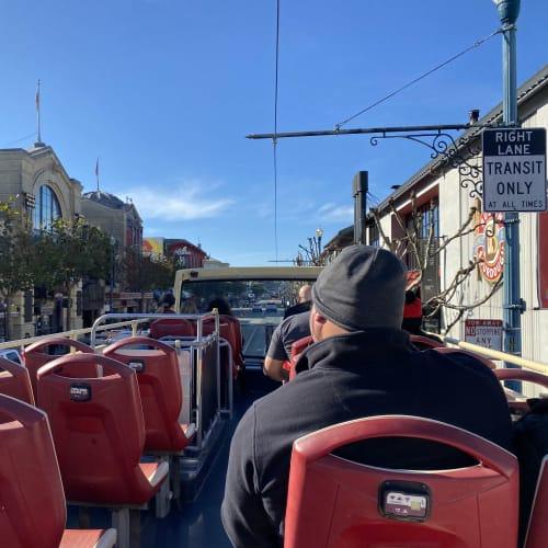 Hop-On,Hop-Offバスは、この季節走行中の2階席は流石に寒いです。 ガイドイヤホンがくばられ、日本語のチャンネルもありました。時折調子が悪く音が聞こえなくなるのはご愛敬!。 詳細は下記URLをご参照ください。 https://www.bigbustours.com/en/san-francisco/san-francisco-bus-tours/ 今回はネットでチケットを購入し、乗車時にモバイル画面の提示でチケットに交換してもらいました。 | サンフランシスコ(カリフォルニア州)