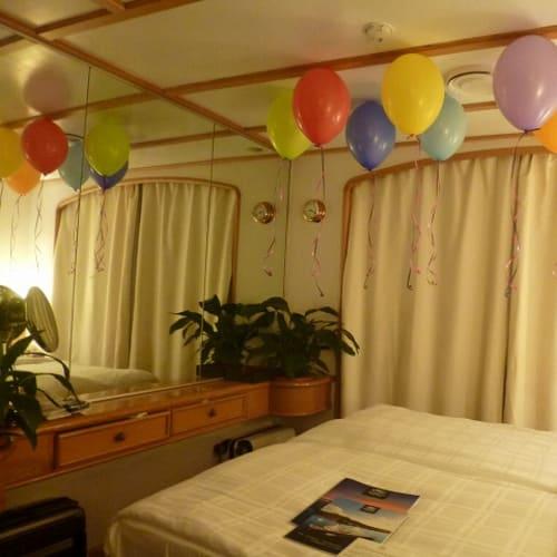誕生日の夜部屋に戻るとびっくりの飾りつけ。 | 客船シードリーム1の客室