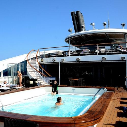 まだ少し涼しいがプールで泳ぐ乗客も | 客船ロストラルの船内施設