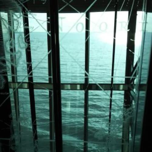 エレベーター。ガラスばりで海に面していました。 | 客船セレナーデ・オブ・ザ・シーズの船内施設