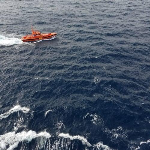 急病対応で迎えの船 | 客船MSCマニフィカの外観