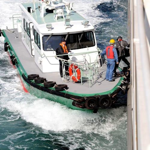 瀬戸内海の通航は漁船等船舶の過密水域のためパイロット(水先人)が二人別府から乗船して夜中も交代で航行をサポート、仕事を終えてパイロット船に戻る様子 | 客船ロストラルの外観