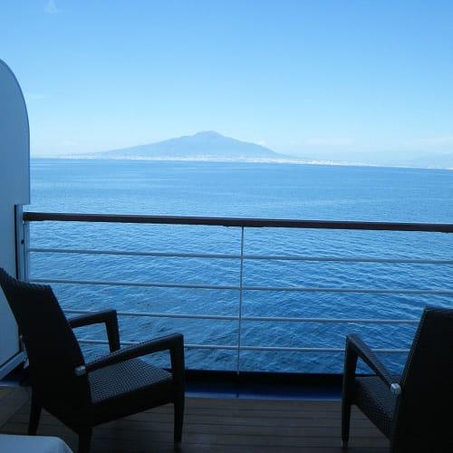 やれやれ。部屋に帰ってバルコニーから外を見れば、ベスビオ火山が綺麗に見えていた。その夜の最後のディナーが、ほとんど食べられなかったのは言うまでもない。 | 客船リビエラの客室