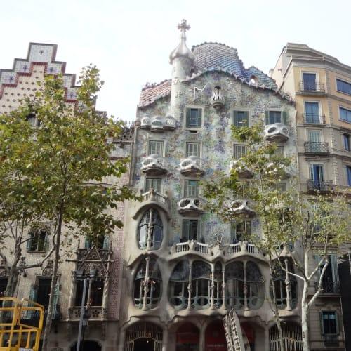 カサ・バトリョは個人宅としてガウディが建築 バスの車窓からのみの見学でした。 ゆっくり中に入って見たかった。 カサ・ミラも通り過ぎるだけで残念。 | バルセロナ