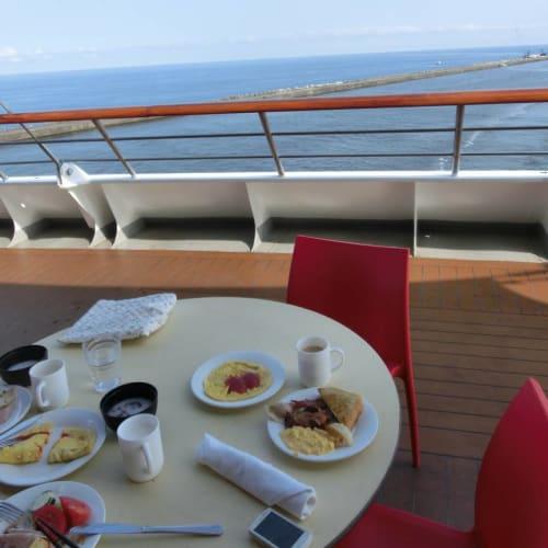 金沢入港の朝、デッキ11船尾のテラス席での朝食は気持ち良かったです。 | 金沢での客船コスタ・ビクトリア