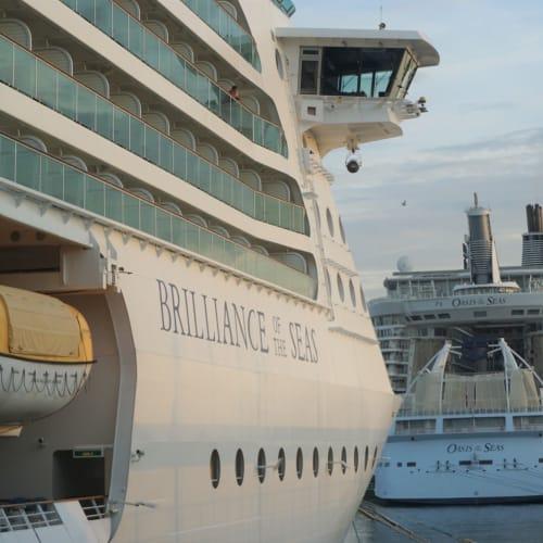 バルセロナ港ターミナルDに入港。 来年乗るOasis of the seasがターミナルB&Cに入港していました。 次乗船する時にはあの後ろ姿にアビスが登場しています。 | 客船ブリリアンス・オブ・ザ・シーズの外観