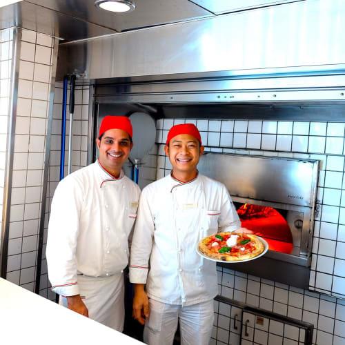 有料ピザ屋さん、スタッフはこの笑顔。窯焼きですごく美味しいのでおすすめです。 | 客船コスタ・ネオロマンチカのクルー、フード&ドリンク、船内施設