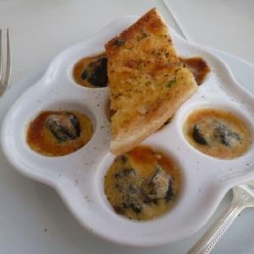 デッキで食事できる特別レストランは毎日テーマが決まっていて、この日はビストロ料理。前菜には私が好きなエスカルゴを選択。 | 客船シーボーン・レジェンドのダイニング、フード&ドリンク、船内施設