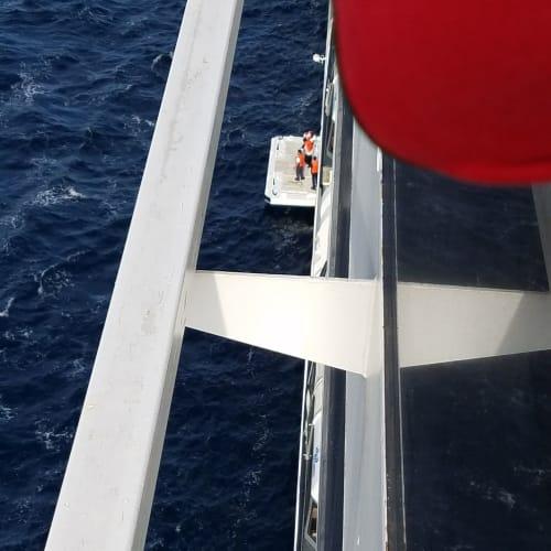 デッキを出して船を迎えるMSCクルー | 客船MSCマニフィカのクルー
