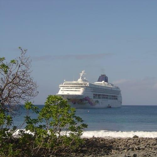 ファンニング島の沖合に停泊中のプライド・オブ・アロハ。   客船プライド・オブ・アロハの外観
