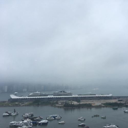 朝霧のカイタック・クルーズターミナルに停泊中のスプレンディダ号 | 香港での客船MSCスプレンディダ